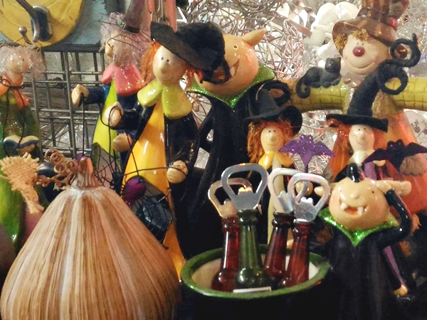 Some stores have stocks of decors in different holiday themes like this Halloween themed set