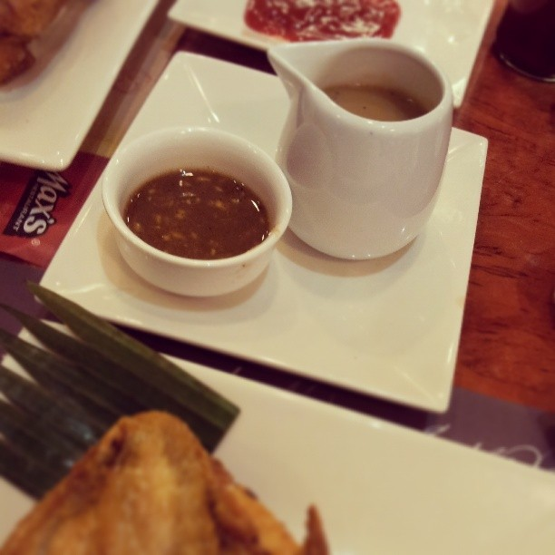 Tried these newest dips from max yesterday lunch. Gravy tastes so much like Racks' while d sweet dip is Mang Tomas with ginger. Though we still prefer chicken n ketchup combo, its nice having other options. Was wondering why gravy was in a pitcher like tiny cup. Well, it was good enough u would want to pour it all over your rice :-) #tweensemomstastebuds