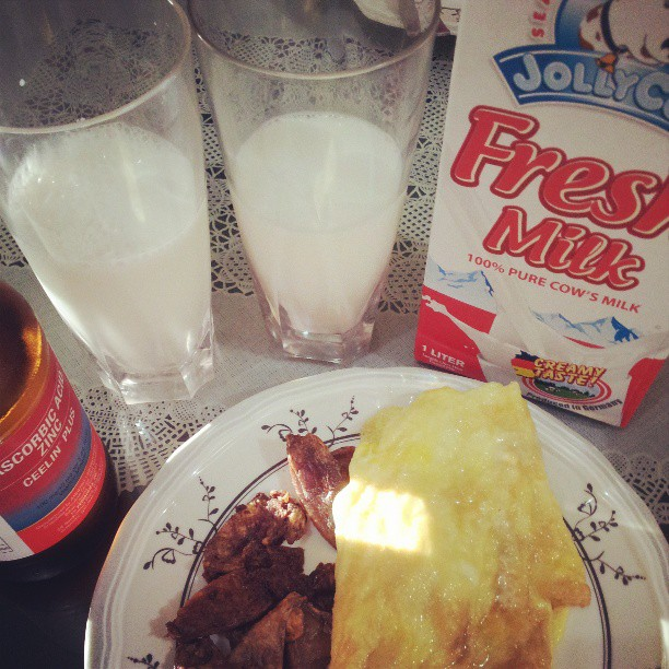 What's for bfast? #pusitwitheggs #jollyfreshmilk #ceelin